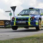 Spektakulär der Sprung von Jan Becker im Subaru über die Kreisstraße.